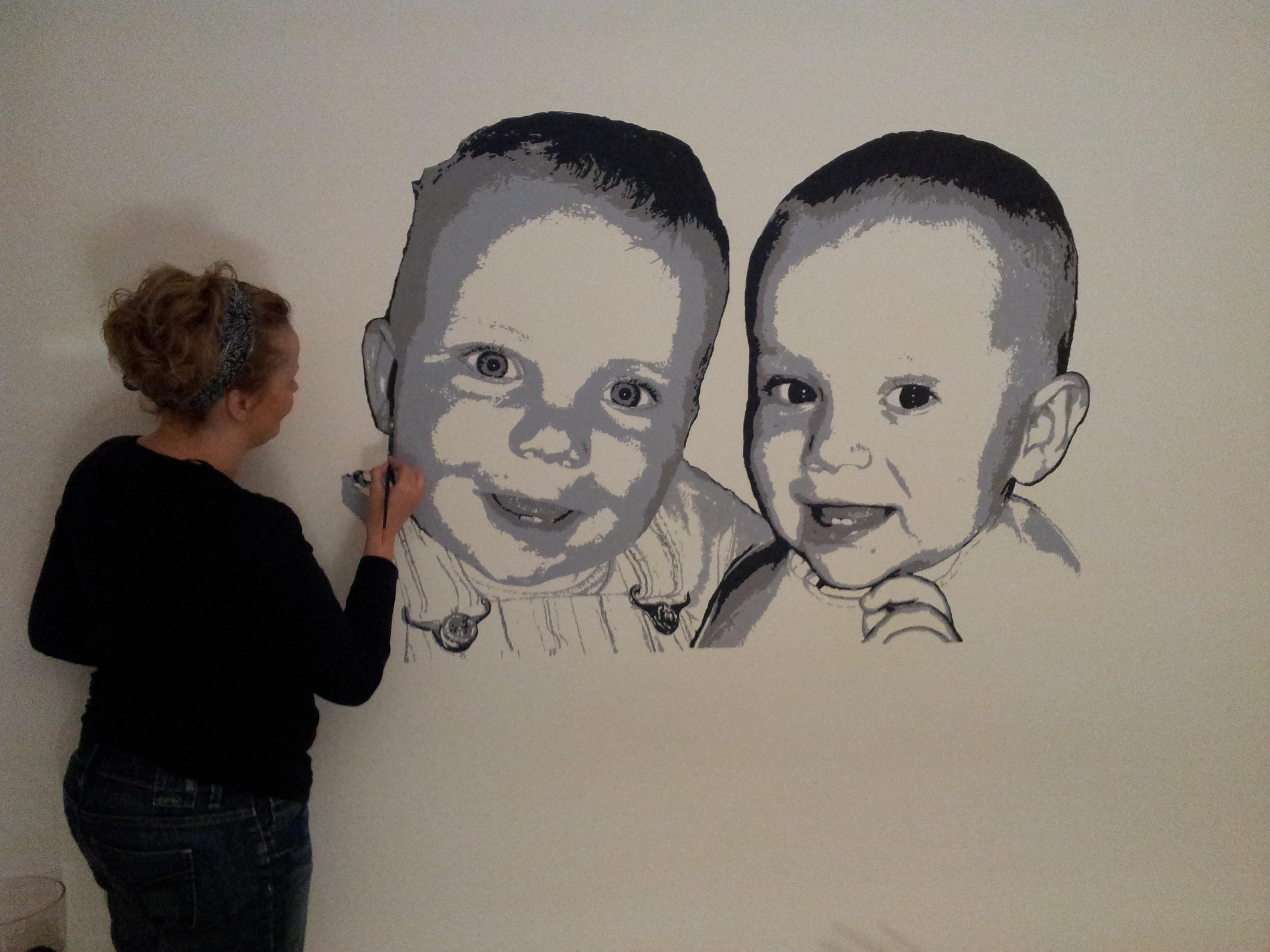 werk in uitvoering. 2 lieve gezichtjes op de muur